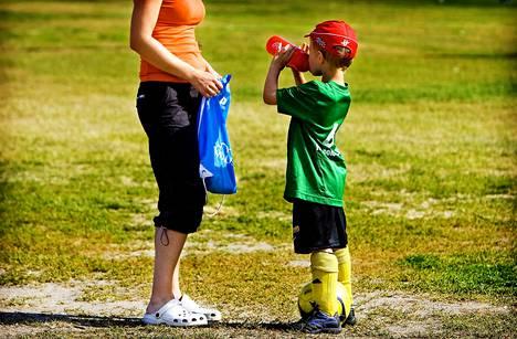 Tekstiviestipalstalla ihmetellään, miten urheilusta voidaan irrottaa rahaa vanhusten hoitoon, jos pääosan liikuntaseurojen kustannuksista maksaa junioreiden vanhemmat sekä huoltajat.