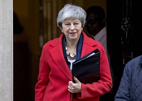 Theresa May pyrkii suunnitelmansa avulla säästämään Britannian kovalta brexitiltä.