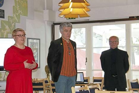 Vasemmalla on suunnittelija Saija Kirkkola kaupunginarkistosta, keskellä Antti Liuttunen Vapriikin kuva-arkistosta ja oikealla Mårten Sjöblom purjehdusseurasta.