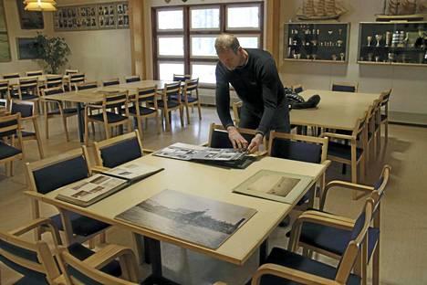 Petro Pälviranta tutustuu arkistoon siirrettävään Näsijärven Purjehdusseuran aineistoon, jonka talkootyöryhmä on levittänyt näkyville.