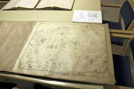 Näsijärven vesistön karttaan on tullut kosteusvaurioita, joten se on hyvä saada parempaan paikkaan. Kartta on venäläisten vuonna 1865 tekemä.
