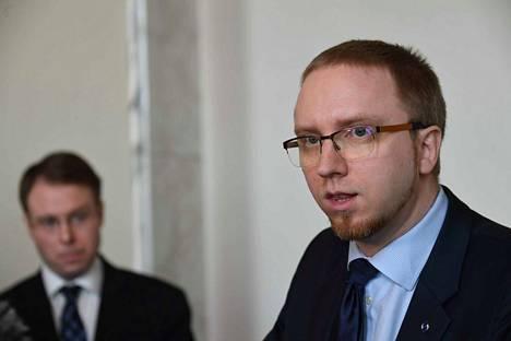 Sinisten ryhmäjohtaja Simon Elo ja kansanedustaja Vesa-Matti Saarakkala kertoivat sinisten näkemyksistä ylimääräisen ryhmäkokouksen jälkeen.