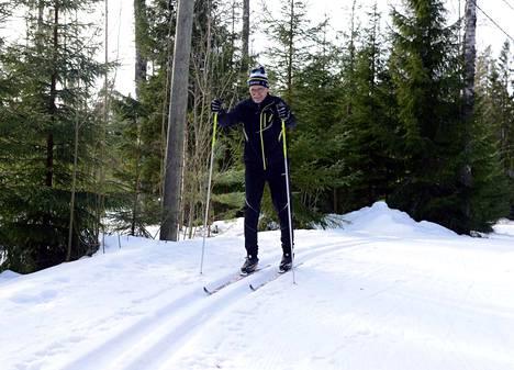 Latu oli roskista puhdas tässä, kun Reijo Heino lähti Kaakonojan parkkipaikalta lenkilleen. Kaupungin liikuntapaikkamestari Timo Toivonen lupaa, että niin kauan kuin lunta riittää ja reittejä voi kunnostaa, niin myös tehdään.