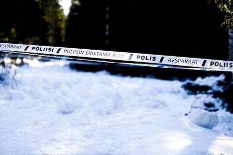 Vanhempi vapautetuista on vuonna 1951 syntynyt parkanolaismies. Aamulehti selvitti perjantaina kiinteistörekisteristä, että kyseinen mies omistaa metsäalueen, josta vainajan jäänteet löytyivät.
