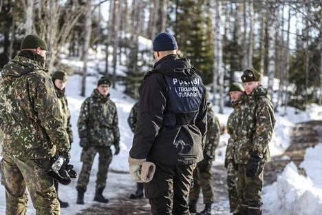 Poliisi teki tutkimuksia Parkanon epäillyllä surmapaikalla perjantaina. Alueen valvonta jatkuu keskiviikkon asti.