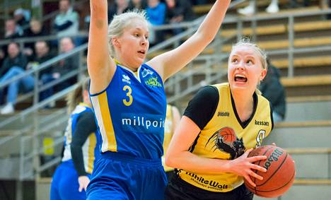 BC Nokian Karoliina Kerilahti (oik.) pussitti komeat 17 pistettä Inka Åkerlundin (3) Äänekosken Huiman sukkaan sunnuntaina.