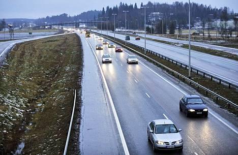 Kirjoittajan muistuttaa, että harvaanasutussa Suomessa moni autoilija ajaa tällä hetkellä edelleen vanhalla ja halvalla bensa- tai dieselautolla. Heikompituloisetkin tarvitsevat Suomessa autoa.