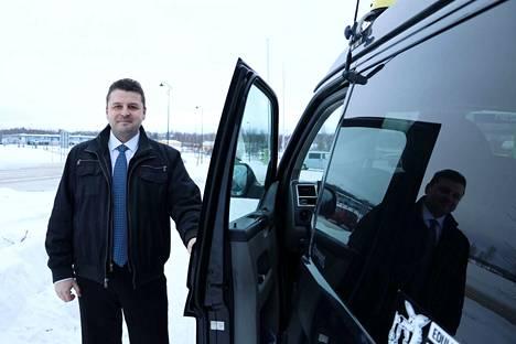 Ikaalislainen taksiyrittäjä Anssu Rantala ei ymmärrä sitä, miksi sama kuljettaja ei voi kyyditä asiakasta mennen tullen. Hän kertoo ajaneensa usein Tampereelta takaisin ilman asiakasta.