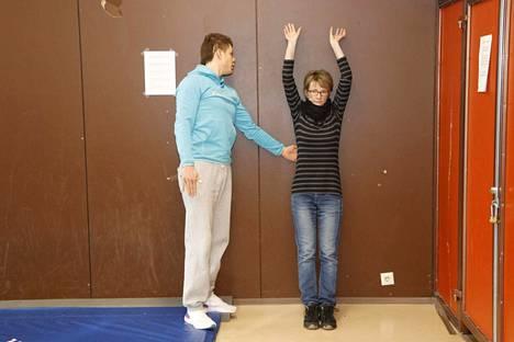 Alun terveyskuntotestissä tutkitaan muun muassa hartiaseudun liikkuvuutta.