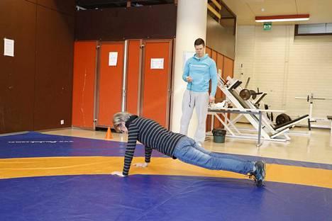 Vartalon lihasvoimaa selvitetään muunneltu punnerrus -testissä.
