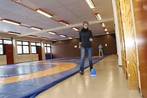 Lähihoitaja Hannele Mäkinen tekee kuuden minuutin kävelytestiä Nokian uimahallin painisalissa. Liikuntaneuvoja Pirkka Vigren (takana) laskee kierroksia ja mittaa aikaa.