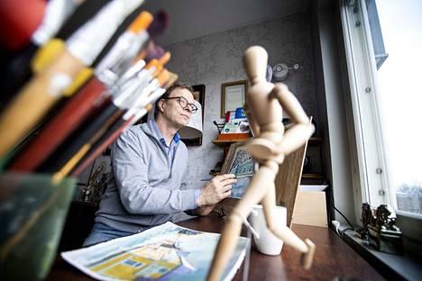 Lasse Ylitalo maalaa teoksensa Porin Isolinnankadun varrella sijaitsevassa kodissaan.