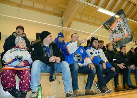 Simo Niskanen puki Ahman paidan ja heilutti lippua. Kavereina olivat vas. Helmi ja Joni Eriksson ja oik. Jani Rantanen.