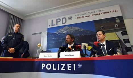 Tutkintaa johtava Dieter Csefan (vasemmalla) ja Innsbruckin syyttäjänviraston edustaja Hansjörg Mayr kertoivat keskiviikon tiedotustilaisuudessa Seefeldissä ja Erfurtissa järjestetyistä dopingratsioista.