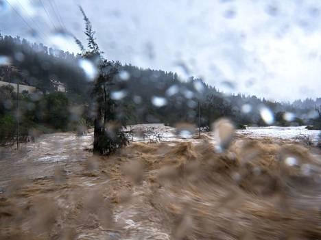 Ilmastonmuutoksen on ajateltu lisäävän muun muassa myrskyjä. Kuvituskuva.