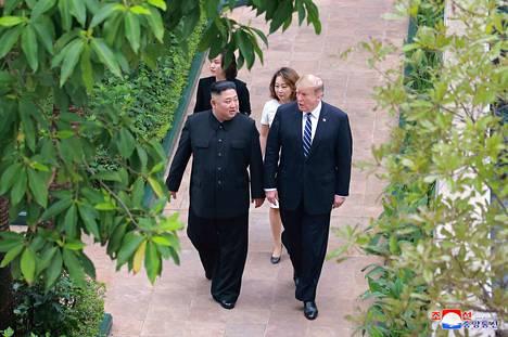 Pohjois-Korean uutistoimiston julkaisemassa kuvassa Donald Trump (oik.) ja Kim Jong-un kävelevät yhtä jalkaa Hanoin Metropole-hotellin piha-alueella. Huippukokouksen epäonnistumisen syistä miehillä on eri versiot.