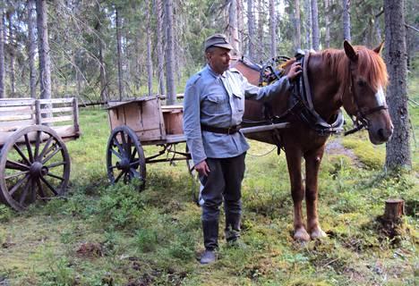 Matti Peurala on myös Niinisalon Ratsastajien puheenjohtaja. Yhdistyksen jäseniä osallistui Tuntematon Sotilas elokuvan tekoon vuonna 2017. Peurala rooliasussaan.