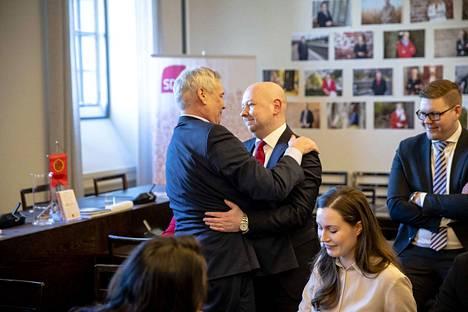 Sdp:n puheenjohtaja Antti Rinne palasi töihin pitkän sairausloman jälkeen. Eduskuntaryhmä otti hänet vastaan ryhmähuoneessa. Ensimmäisenä halasi Joona Räsänen.