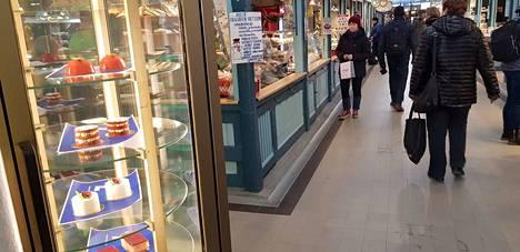 Leivonnaisehdokkaat löytyvät vitriinistä Tampereen Kauppahallin keskikäytävältä.