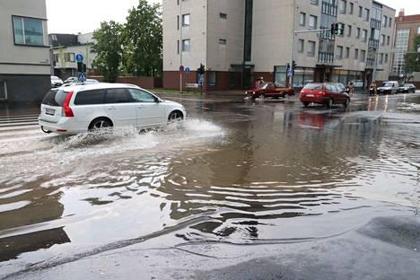 Muun muassa Aittakarinkadun ja Nortamonkadun risteyksessä Raumalla tulvi viime heinäkuussa. Vakuutusyhtiölle kertyi aiheutuneista vahingoista isot korvaukset.