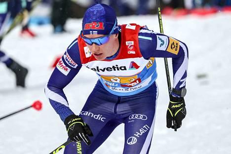 Matti Heikkinen hiihti Suomen kolmannen osuuden.