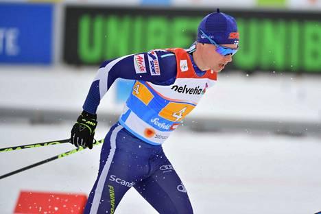 Matti Heikkinen hiihti viestissä Suomen kolmatta osuutta.