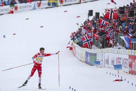 Kläbo karkasi Ustjugovilta muutama kilometri ennen maalia. Hän toi Norjan lopulta selvään voittoon.