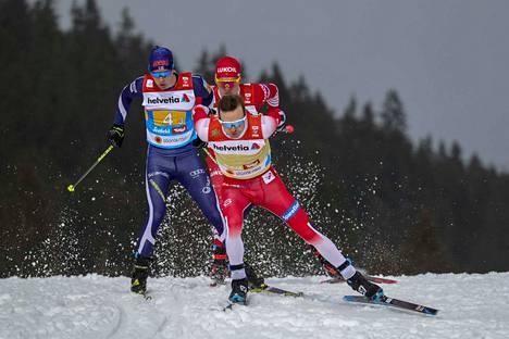 Ensimmäisen vapaan osuuden hiihtänyt Matti Heikkinen joutui varomaan, ettei hiihdä Norjan Sjur Röthen päälle. Venäjän Aleksandr Bolshunov hiihti kannoilla.