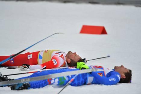 Norjan Emil Iversen ja Italian Maicol Rastelli makasivat maalialueella selällään avausoduuden jälkeen.