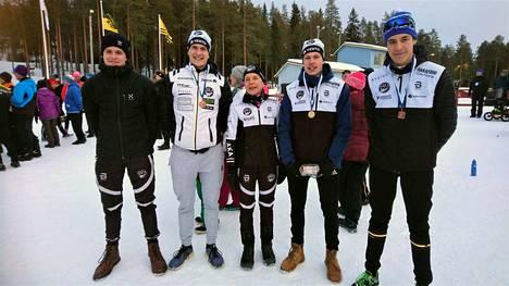 Hakan hiihtosuunnistajista tässä ovat vasemmalta Ilmari Aho, Aaro Aho, Raija Nurminen, Rauli Aho ja Seeti Salonen.