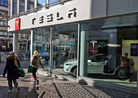 Tesla leikkaa kustannuksia sulkemalla kalliita luksusmyymälöitään. Kuva on Frankfurtista Saksasta.