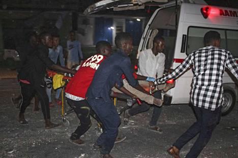 Autopommi-iskussa haavoittunutta kannettiin turvaan Somalian pääkaupungissa Mogadishussa myöhään torstai-iltana.