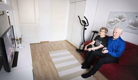 Orvokki Kotaniemelle hänen miehensä Kalervon innokas penkkiurheilu ei ole ongelma, sillä sopu säilyy, kun kotona on kaksi televisiota. Urheilukisojen aikaan Kalervo vetäytyy erilliseen huoneeseen katsomaan.