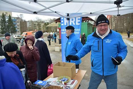 Ekren kansanedustajaehdokas Mart Kallas kampanjoi Tallinnan Mustamäessä. Hänen takanaan on saman puolueen ehdokas Jüri Böhm.