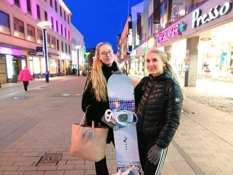 Jyväskyläläiset opiskelijat Reetta Heisto (vasemmalla) ja Senni Salminen ovat lapsuudesta asti tienneet Matti Nykäsen ja sen, että hän on kotoisin samasta kaupungista.