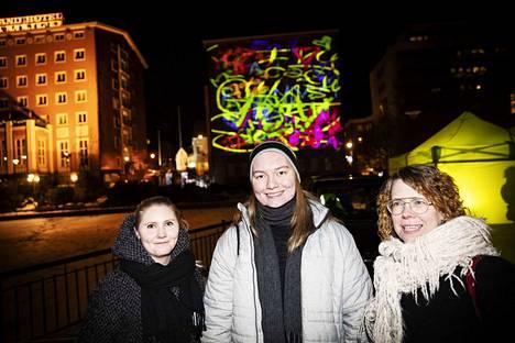 Iida-Amalia Nikkilä, Markus Korpela ja Päivi Mäki-Kerttula tulvat Sastamalasta katsomaan videoinstallaatiota. Korpela osallistui sen tekemiseen työpajassa viime syksynä.