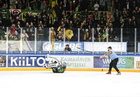 Lukas Dostal pyöräytti mahaplätsin sijaan kuperkeikan Ilves-fanien hurratessa.
