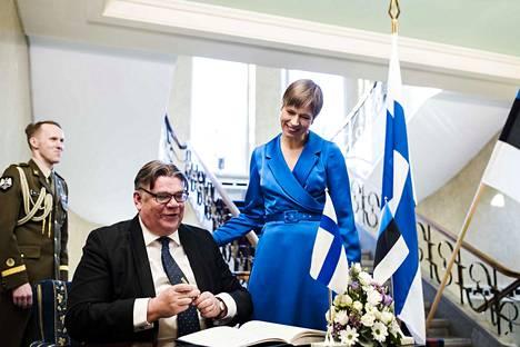 Viro on tärkeä ulkoministeri Timo Soinille (sin.). Välittäminen on molemminpuolista. Viron presidentti Kersti Kaljulaid myönsi Soinille korkean Maarjamaan ristin ritarikunnan toisen luokan ansiomerkin. Etelänaapurin presidentinlinnassa Soini on vieraillut useasti.