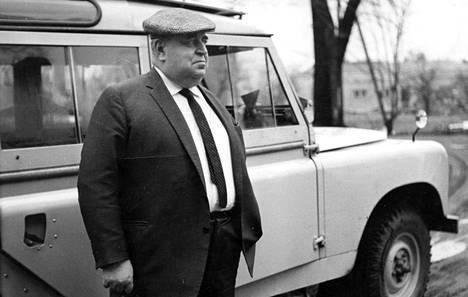 Juuso Walden poseerasi Aamulehden 60-vuotishaastattelussa vuonna 1967 tavaramerkkiensä kanssa; lippis ja Land Rover -maastoauto olivat tärkeä osa imagoa. Lakit eivät loppuneet, sillä Tellervo-vaimon perhe omisti Tampereella lakki- ja pukutehtaan.