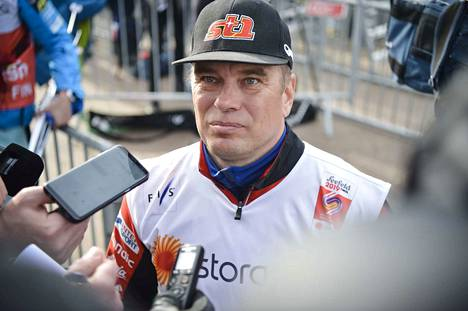 Huoltopäällikkö Aki Hukka selvitti välinekiemuroita pyhäiltana Alpeilla.