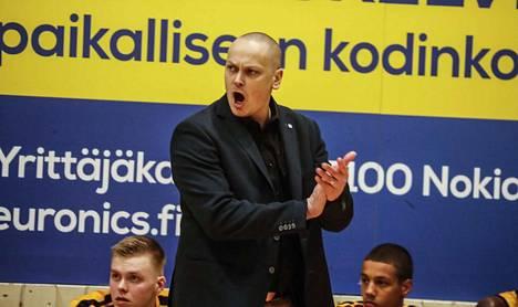 Tero Vasell esiintyi Seagulls-ottelussa energisenä ja aktiivisena BC Nokian vaihtopenkin edessä.
