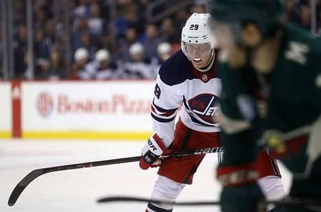 Winnipeg Jetsin Patrik Laine (vas.) sai syöttöpisteen ottelussa Columbusta vastaan. Kuva arkistosta.