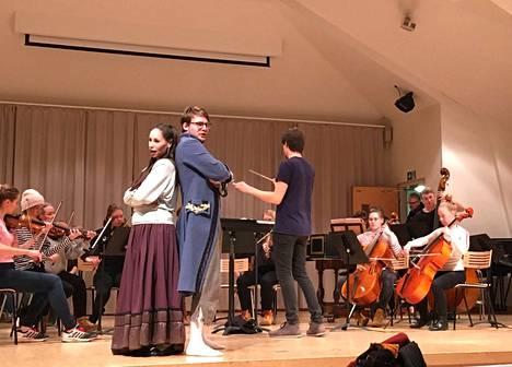 Sonya Alieva ja Johannes Pessi laulavat pääosia Palmgren-konservatorion oopperakonsertissa kamariorkesterin säestämänä. Orkesteria johtaa viulisti-kapellimestari Jukka Untamala.