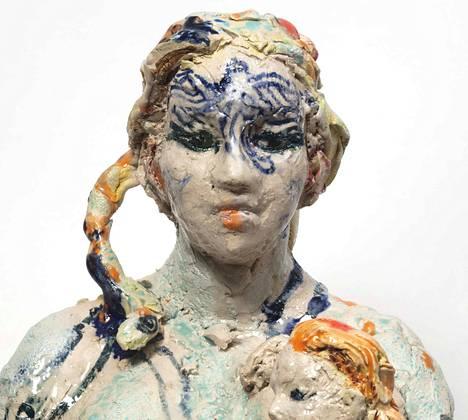 Porin taidemuseon päänäyttely vaihtuu. Yksityiskohta Emma Hellen veistoksesta Merestä nouseva äiti.