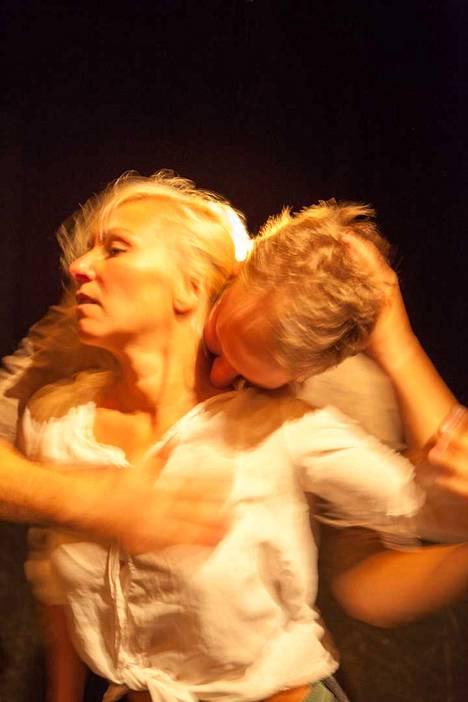 Valtteri Raekallion koreografia Harjoitus rakkaudesta nähdään Porissa Mirva Mäkisen ja Eero Vesterisen intensiivisenä ja fyysisenä duettona.