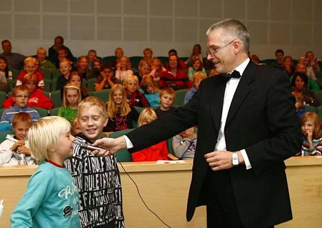 Professori työssään. Tarmo Lipping piti kolmas- ja neljäsluokkalaisille Sumeita signaaleja ja mukavia malleja -luennon Porin yliopistokeskuksessa. Kuva vuodelta 2010.