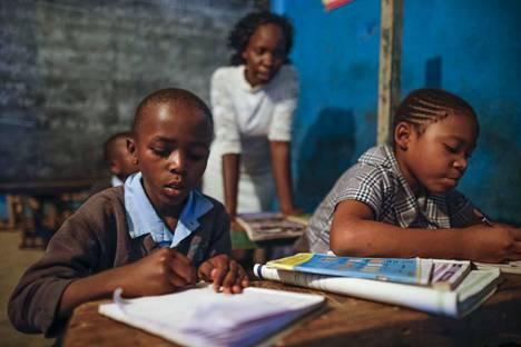 Hivin saaneita lapsia opiskeli Kiberan slummissa Kenian Nairobissa tammikuussa. Kehitysmaiden hiv-positiivisten on turha haaveilla luuydinsiirroista taudista selvitäkseen.