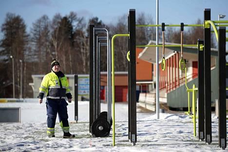 Liikunta-alueiden hoitaja Tero Alamäki esittelee Euran urheilukeskuksen viime vuoden lopulla valmistunutta ulkoliikuntapaikkaa. Avoimena pidetty keskus on kohdannut paljon ilkivaltaa vuosien varrella. Valvontakameroita on asennettu esimerkiksi takana näkyvän katsomon päätyyn.
