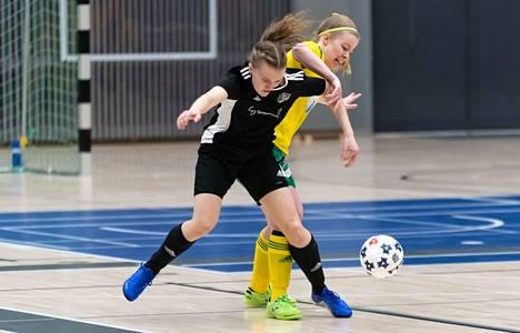 ACE:n parhaana paikalliskamppailussa palkittu Oona Jaatinen teki kaksi maalia Jonna Hyvärinen (oik.) Ilveksen verkkoon.