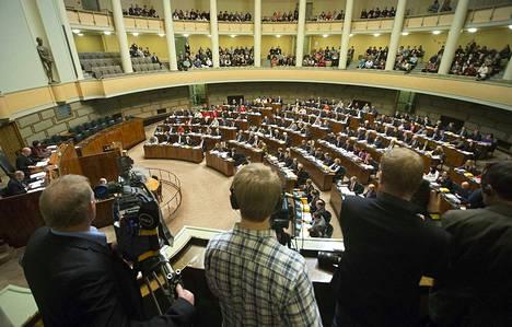 Eduskuntaan mielii moni puolue. Suomessa on nykyisin rekisteröitynä 19 puoluetta.